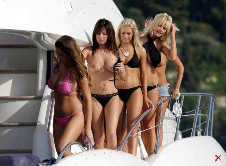 Голые девки на катере (12 Фоток)