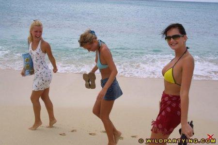 Девки скучают на пляже  16 Фото для (18+)