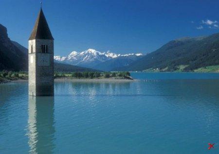 Церковь в озере, Италия